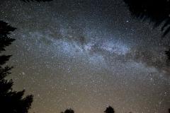 een gestapelde foto van de melkweg bestaande uit 14 fotos