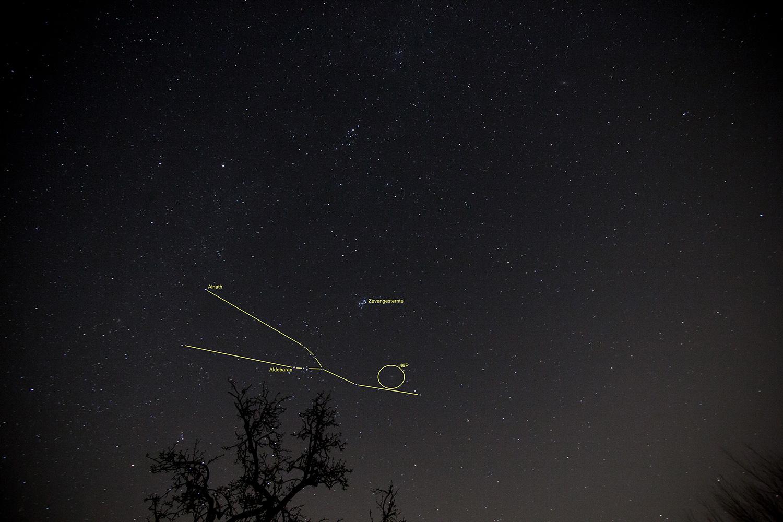 Sterrenbeeld Stier met het Zevengesternte en de komeet