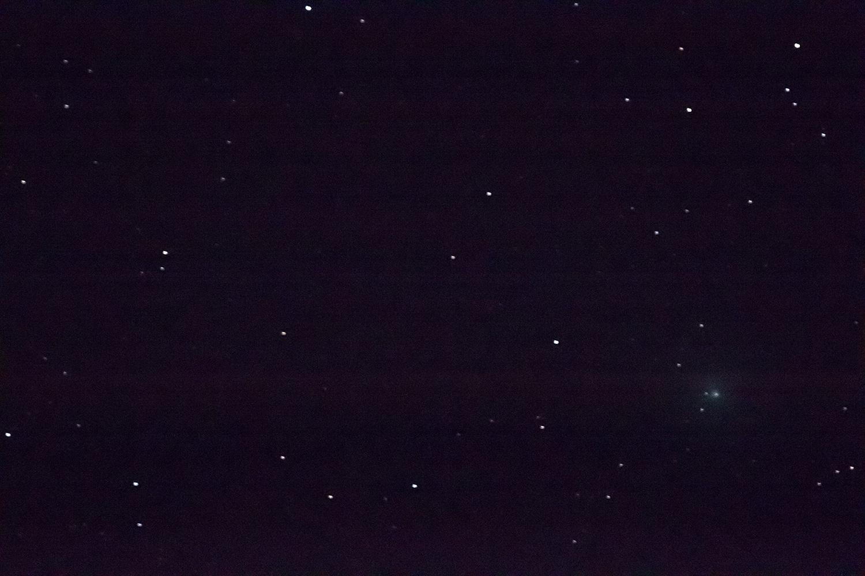 Met de telelens kon ik de komeet wat dichterbij halen, al viel het scherpstellen erg tegen.