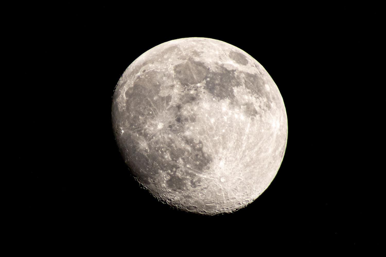 de wassende maan met kraters goed zichtbaar